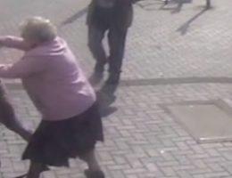 jai-travaille-dur-pour-cet-argent-cette-mamie-de-81-ans-se-bat-contre-une-voleuse-devant-le-distributeur