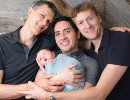 ce-bebe-est-le-premier-au-monde-a-avoir-3-papas-sur-le-certificat-de-naissance