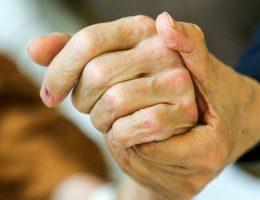 cette-infirmiere-en-soins-intensifs-revele-ce-que-les-gens-regrettent-le-plus-avant-de-mourir