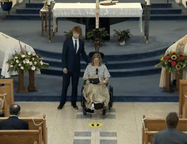 cette-maman-pleure-toutes-les-larmes-de-son-corps-aux-funerailles-de-son-mari-et-de-ses-trois-enfants