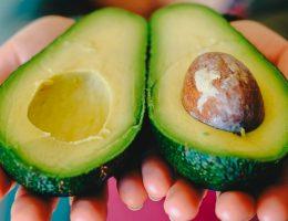 manger-un-avocat-par-jour-reduit-le-cholesterol-le-sucre-dans-le-sang-la-depression-et-bien-plus-encore