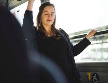 un-homme-refuse-dabandonner-sa-place-dans-un-bus-a-une-femme-enceinte-et-demande-aux-internautes-sil-a-raison