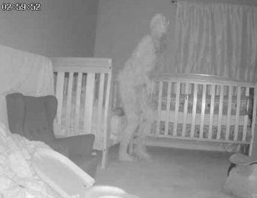 cette-mamie-est-terrifiee-apres-avoir-vu-un-demon-au-dessus-du-lit-de-sa-petite-fille