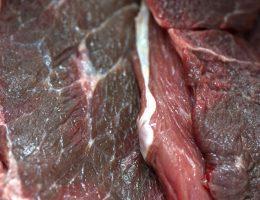 les-gens-mangent-de-la-viande-crue-en-decomposition-pour-se-droguer