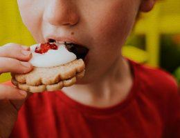 le-sel-le-sucre-et-le-gras-sont-la-plus-grande-menace-pour-la-sante-des-enfants-alors-pourquoi-ne-sont-ils-pas-interdits