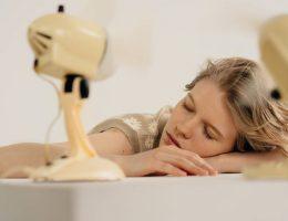 voici-pourquoi-vous-ne-devriez-pas-dormir-avec-un-ventilateur-allume